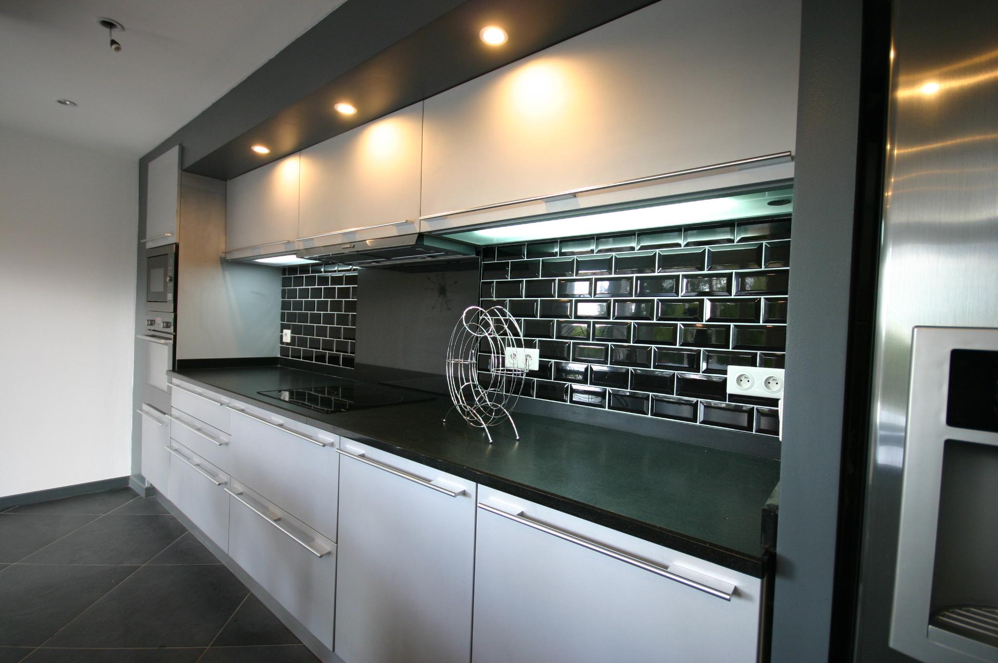 Cuisine arrondie en laque par meubles jem for Meuble de cuisine noir laque