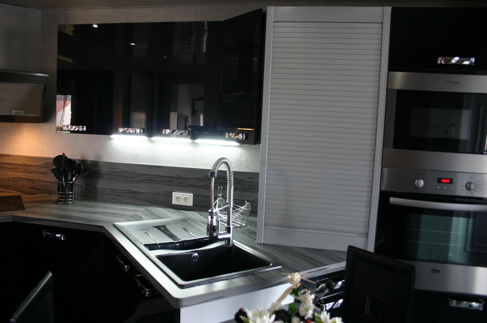 Cuisine laqu e noire par meubles jem for Meuble a cuisine