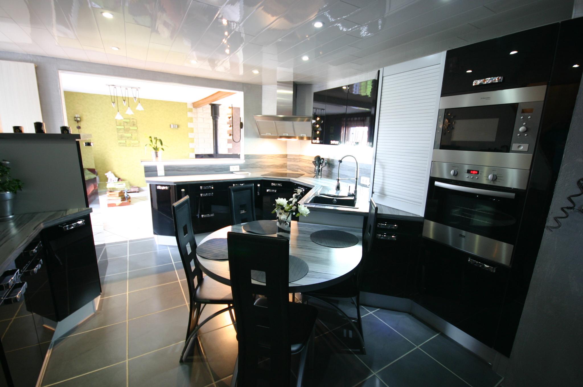 Cuisine laqu e noire par meubles jem for Cuisines encastrees