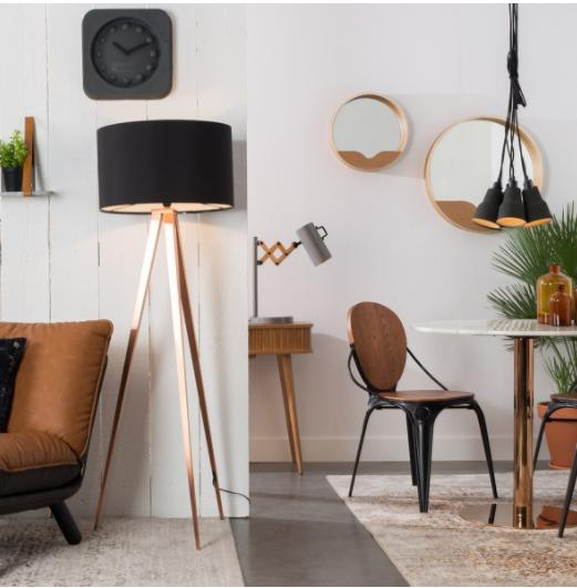 Décoration zuiver avec lampe et chaise